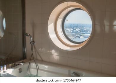 Vue depuis la salle de bains sur le magnifique paysage urbain de la ville haute densité d'horizon.