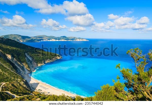 Aussicht auf die schöne Bucht von Myrtos und den Strand auf der Insel Kefalonia, Griechenland
