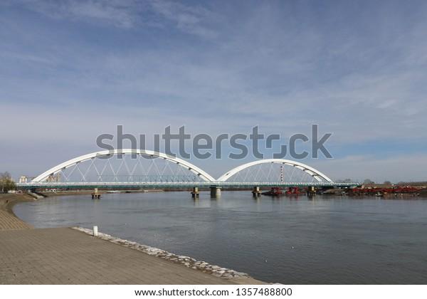 view-belgrade-embankment-zhezhelev-bridg
