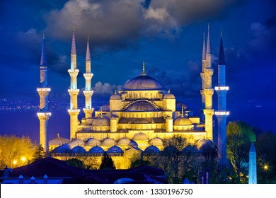 View of Blue Mosque or Sultanahmet Camii at dusk, Istanbul, Turkey