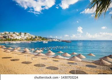 Blick auf Bodrum Beach, Ägäisches Meer, traditionelle weiße Häuser, Blumen, Jachthafen, Segelboote, Yachten in Bodrum Stadt Türkei.