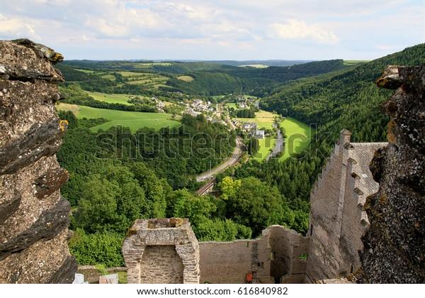 ルクセンブルク、アルデンヌのブルシェイド城から見る