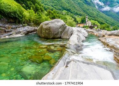 Aussicht von der Brücke Ponte dei Salti zum Verzasca-Fluss bei Lavertezzo - klarer und türkiser Wasserstrom und Felsen im Tessin - Valle Verzasca - Tessin, Schweiz