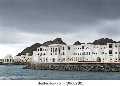 Aussicht auf die Gebäude in Muscat, Oman am bewölkten Tag