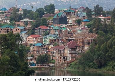 vue sur le port de toits colorés de la ville de bukavu au-dessus du lac de kivu