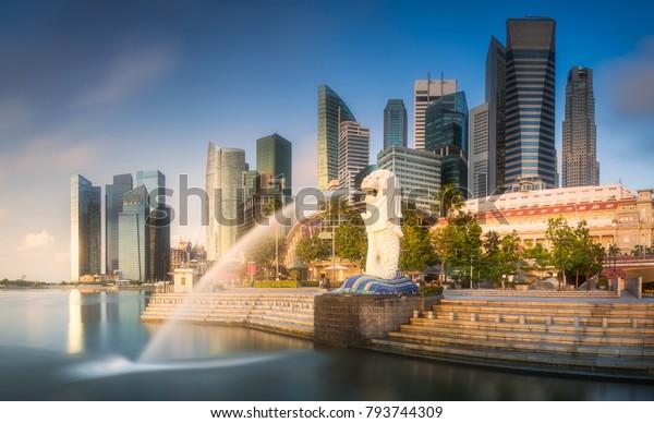 シンガポールの日の出のときのビジネス街とマリーナ湾のスカイラインのビュー
