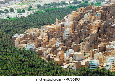 View to the city of Seiyun in Hadramaut valley, Yemen.