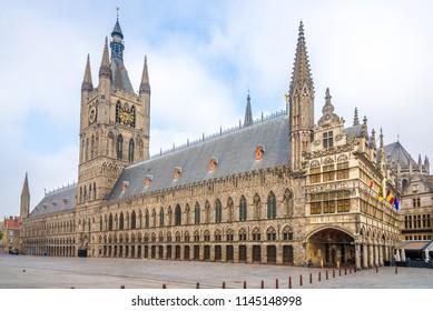 Blick in die Tuchhalle und das Rathaus am Grote Markt Ypres - Belgien