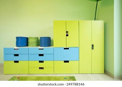 Vue sur des meubles colorés dans une chambre