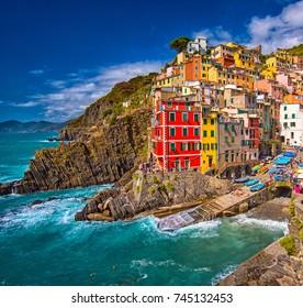 Aussicht auf die bunten Häuser entlang der Küste von Cinque Terre Gebiet in Riomaggiore