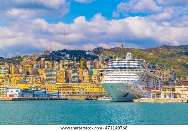 Blick auf ein Kreuzfahrtschiff Ankerplatz im Hafen von Genua in Kursivschrift.