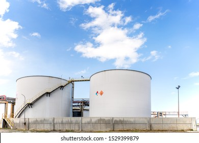 View of the cylindrical sulfuric acid storage tanks. It is constructed according to appropriate design standards, such as API 650 (American Petroleum Institute Codes) or equivalent.