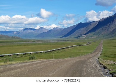 View of Dalton Highway with oil pipeline, leading from Valdez, Fairbanks to Prudhoe Bay, northern Alaska, USA