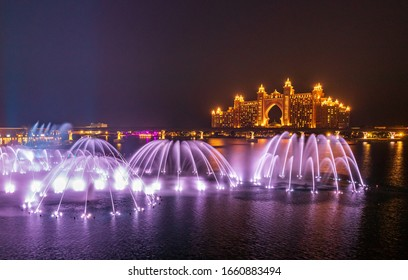 View of the Dancing Fountains at the Pointe Palm Jumeirah, with Atlantis Hotel in the Skyline. Dubai - UAE. March 2020