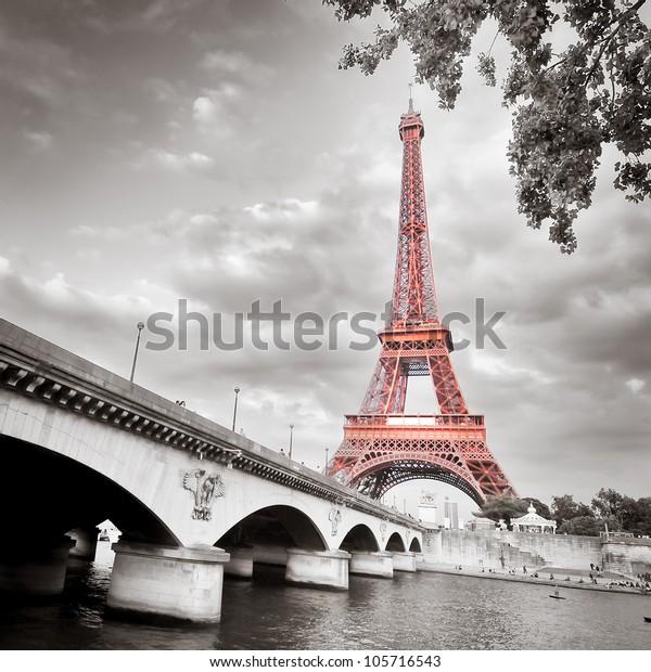 Вид на Эйфелеву башню в монохромном стиле с селективной раскраской