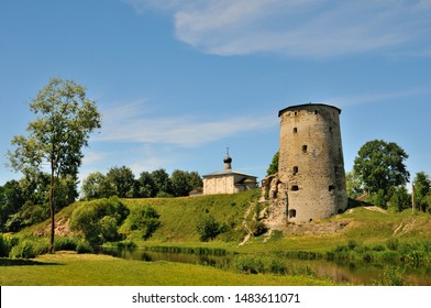 Vista de la torre Gremyachaya (parte de la fortaleza medieval Pskov) sobre el río Pskova, Pskov, Rusia