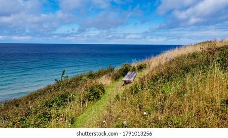 Aussicht vom Hill auf das Holzufer am Meer (4k)