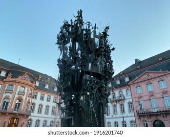 Blick auf den historischen Brunnen Fastnachtsbrunnen von Mainz in Deutschland