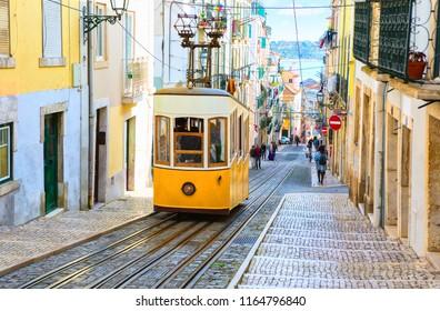 Blick auf die Steigung und die Bica-Straßenbahn, Lissabon, Portugal