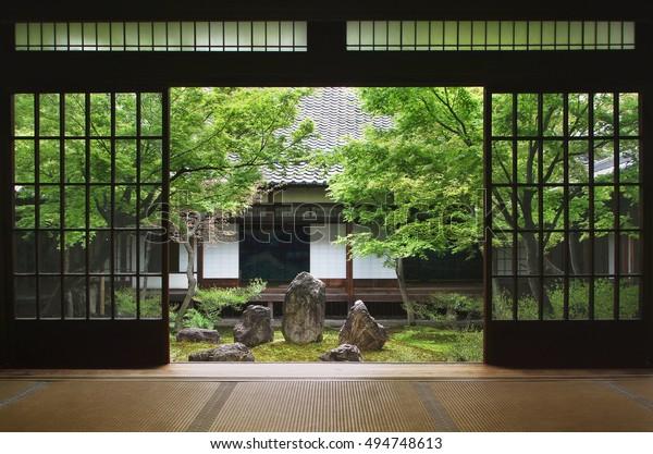 京都の日本庭園内から見る