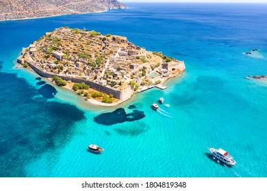 Aussicht auf die Insel Spinalonga mit ruhigem Meer. Hier waren isolierte Leprakranke, Menschen mit der Verzweiflung von Hansen, Golf von Elounda, Kreta, Griechenland.