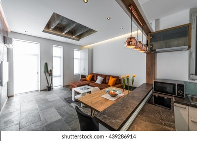 Aussicht von der Küche auf das Wohnzimmer im modernen Wohnbereich