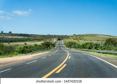 "View of the KM 299 of MG-050 ""Newton Penido"" highway heading to Sao Sebastiao do Paraiso, inside Capitolio region. Capitolio, Minas Gerais - Brazil."