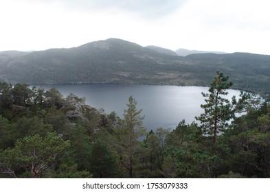 Der Blick auf See und Berge.