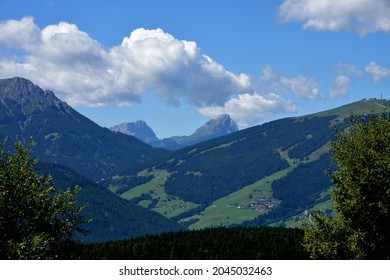 View from left to right on the Odle and Sass de Putia as a backdrop to the top of the Kronplatz
