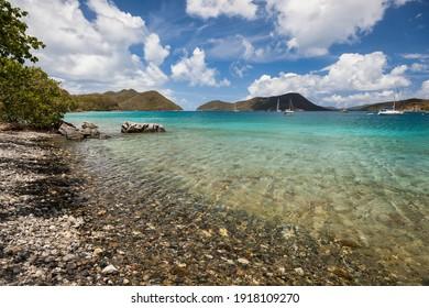 Blick auf die Bucht von Leinster mit Booten im Hafen auf der Insel St. John auf den Amerikanischen Jungferninseln.