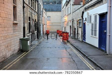 view long dark alley inner city の写真素材 今すぐ編集 782350867