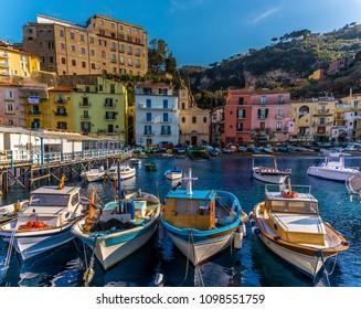 Ein Blick zurück auf die Fischerboote der Marina Grande, Sorrento, Italien