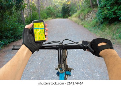 View a map on the mobile phone on a mountain bike and search GPS coordinates