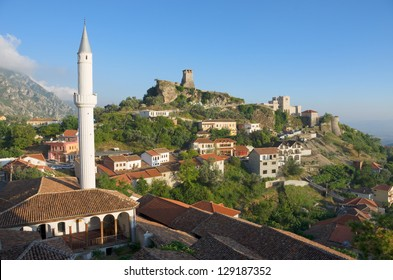 Blick auf das Minarett des Dorfes Kruja und den Uhrturm und das Nationalmuseum in Skanderbeg Castle, Albanien