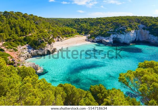 Aussicht auf den Strand von Mitjaneta mit wunderschönem türkisblaues Wasser, Menorca Insel, Spanien