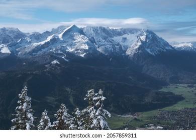 Blick vom Berg Wank auf Alpen mit Schnee in Bayern, nahe Garmisch-Partenkirchen im Oktober