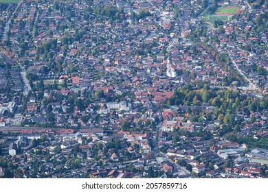 Blick vom Berg Wank nach Garmisch-Partenkirchen in Bayern im Oktober
