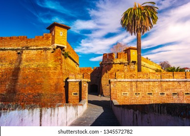 View of the New Fortress of Livorno. The moat surrounds the fortifications in the Venezia Nuova district. The first, Fortezza Nuova, was built between 1590-1604. Italy.