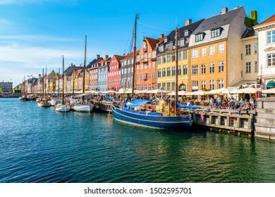 Aussicht auf Nyhavn Pier mit Farbgebäuden, Schiffen, Yachten und anderen Booten in der Altstadt von Kopenhagen, Dänemark.
