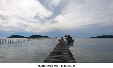 View of the ocean horizon as seen from a boat dock