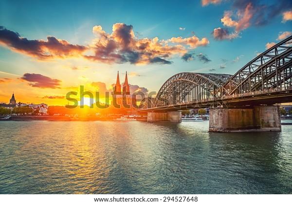 Blick auf Köln bei Sonnenuntergang