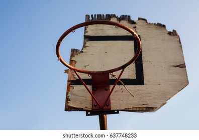 View on an old damaged basketball hoop.