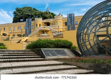 Vista de la Plaza de la Democracia desde el Museo Nacional de Costa Rica. Museo Nacional de Costa Rica en la Plaza de la Democracia en el centro de San José.