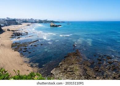 Vue sur la belle plage de Biarritz. Été 2021, France.