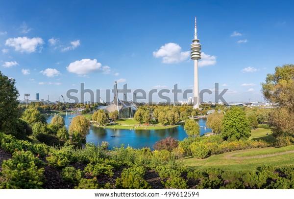 Blick auf den Olympiapark mit Turm in München, Bayern, Deutschland