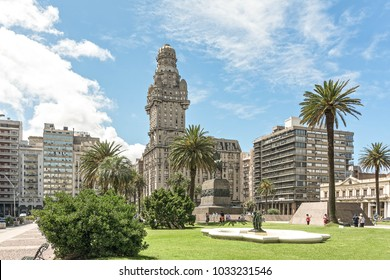 View over the Plaza Independencia toward the Palace de Salvo one of the land mark buildings of Montevideo, Uruguay.
