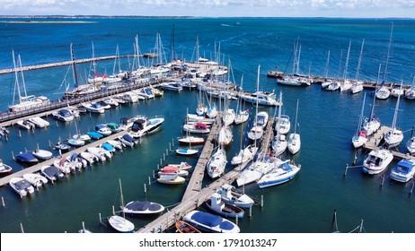 Vogelblick über den Segelhafen auf geparkte Segelboote (4k) (Lufttrockenfoto)