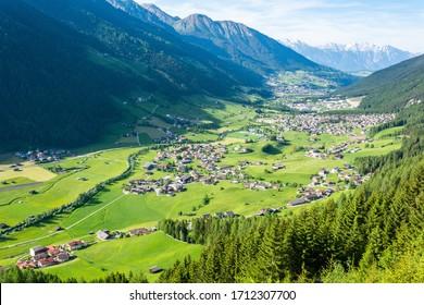 Blick über das Stubaital in Tirol, Österreich, mit Neder, Kampl, Medraz und Fulpmes.