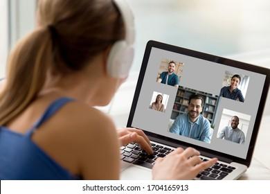 Blick über die Schulter der Frau zu Hause ruhen mit Computer, PC-Bildschirm-Ansicht diversen Mädchen und Jungs Chat per Video-Anruf genießen Fernkommunikation. E-Dating-Dienstleistungen Moderne Technik für Spaß oder Arbeitskonzept