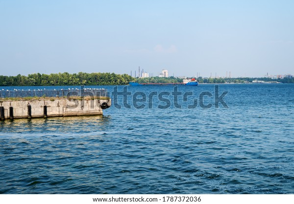 view-river-pier-anchored-motor-600w-1787